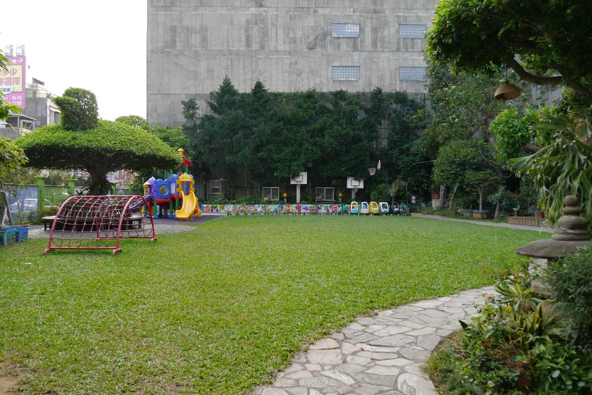 孩子們在花木扶疏的校園,觀察、探索大自然。
